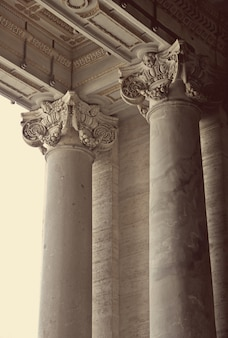 Korinthische säulen des petersdoms im vatikan