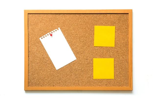 Korkenbrett mit bankpapier und gelber anmerkung über weißen hintergrund