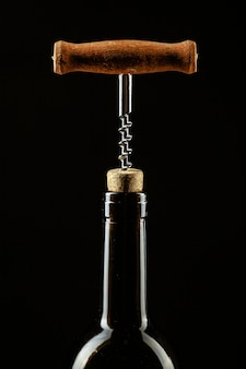 Korkenzieher in der flasche wein in den korken geschraubt
