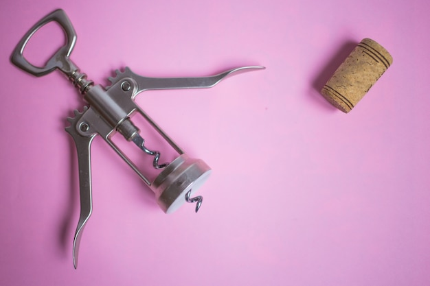 Korkenzieher und korken auf rosa hintergrund, party, feiertag