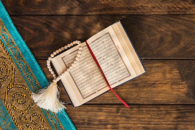 Korne und geöffneter koran nahe matte