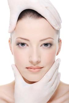 Korrekturtherapie für schönes weibliches gesicht durch kosmetikerin - nahaufnahme