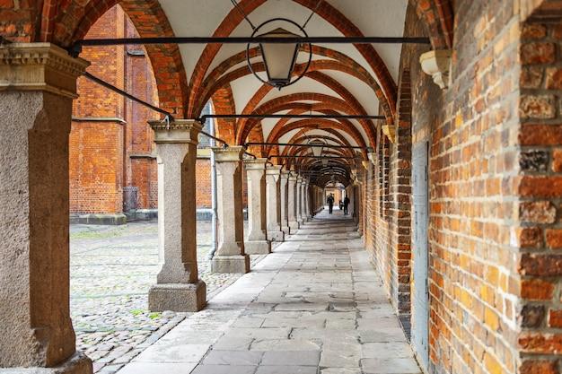 Korridor von bögen in lübeck, norddeutschland