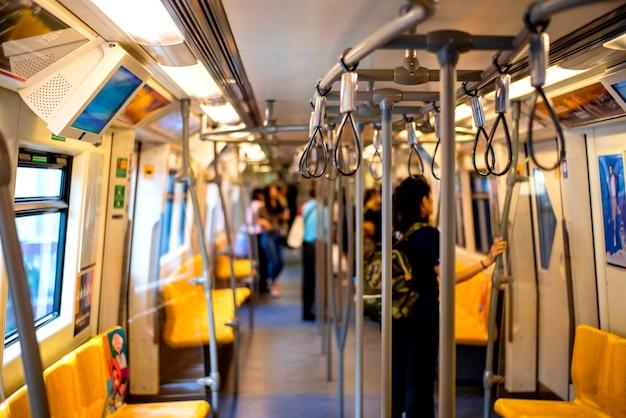 Korridore und kabinen innerhalb des bts sky train, um in bangkok thailand zu reisen