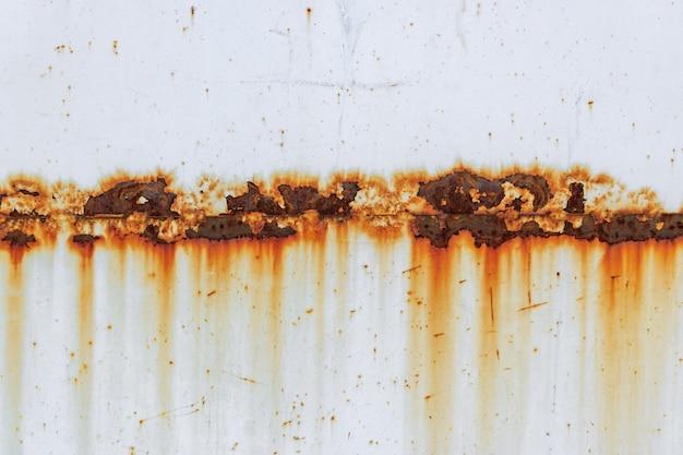 Korrosion der schweißnaht mit roten flecken auf einem alten weißen metallblech. abstrakter hintergrund