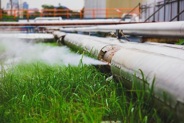 Korrosion rostig durch muffenrohr-dampfgas-leckleitung an der isolierung