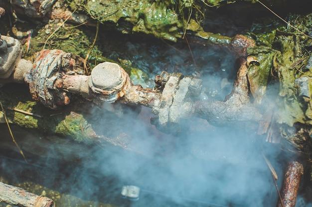 Korrosion rostig durch ventilrohr dampf wasser gas leckleitung an der isolierung