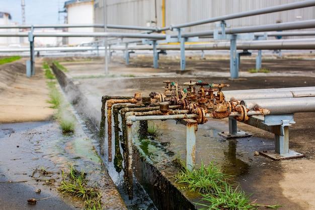 Korrosion rostig durch ventilrohr-dampfgasleck an der rohrleitung