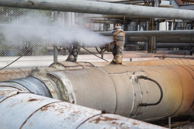 Korrosion rostiges ventilgasleck ist rohrleitung an der isolierung