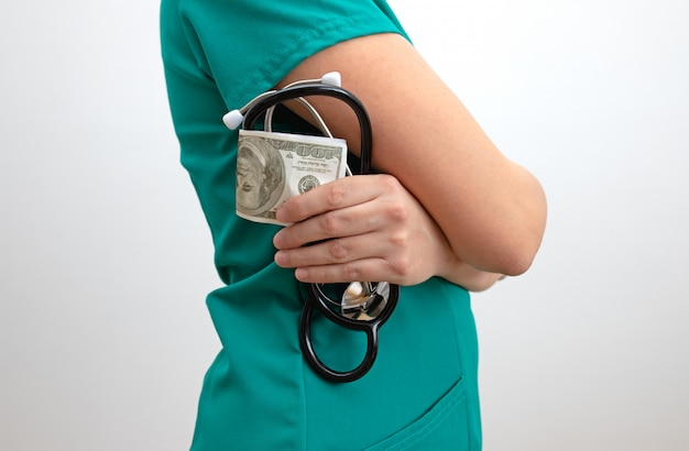 Korrupte krankenschwester mit geld