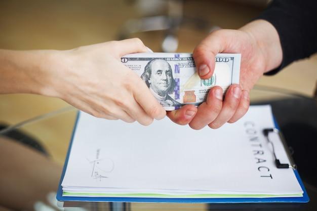Korruptions-firmenkundengeschäft-spionage-illegales konzept