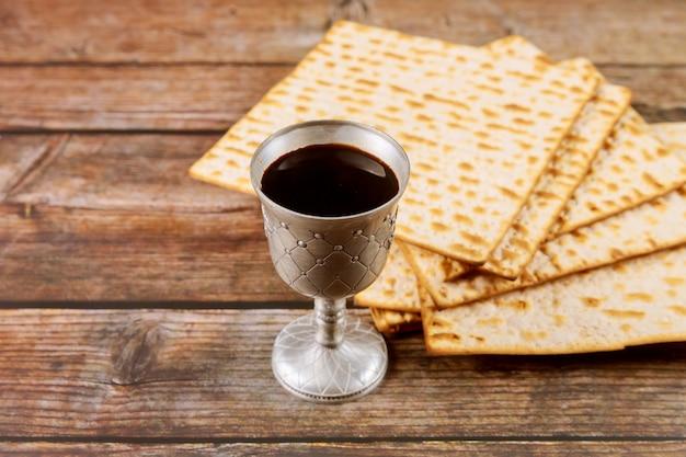 Koscherer kiddusch im jüdischen feiertagskonzept des silberbechers.