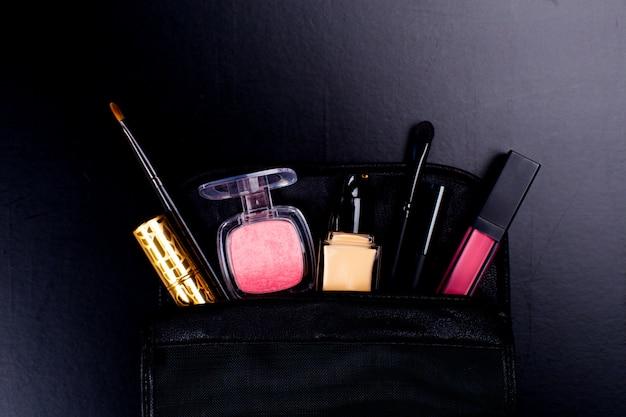 Kosmetik auf dunklem hintergrund, nahaufnahme