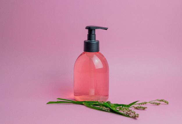 Kosmetik auf rosa. minimalismus. hautpflege.