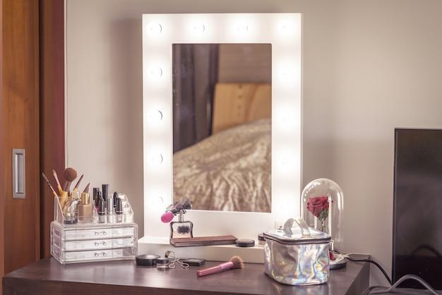 Kosmetik auf tabelle im raum