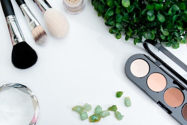 Kosmetik auf weißer tabelle mit draufsicht des lavendels, modell
