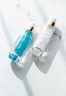 Kosmetik-branding-verpackung und make-up-konzept hautpflegeserum und gel-flasche feuchtigkeitsspendende lotion und lifting-creme-emulsion auf marmor-anti-age-kosmetik für luxuriöses beauty-hautpflege-markendesign