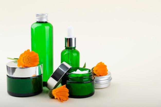 Kosmetik, creme, gel, shampoo und hyaluronsäure. gesichts- und körperpflege.