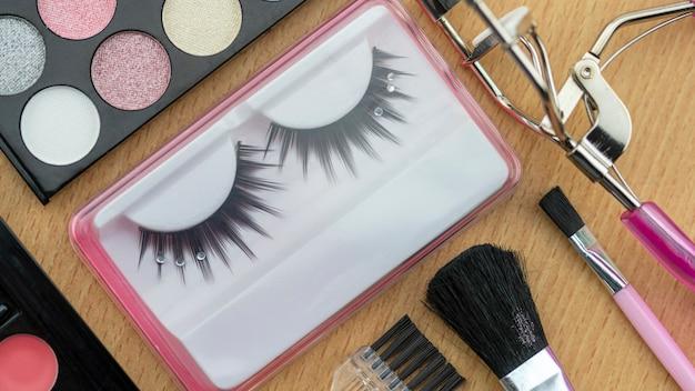 Kosmetik eingestellt für frauen auf hölzernem tabellenhintergrund