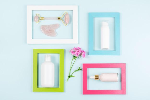 Kosmetik für das gesichtspflegegesicht, kristallrosenquarz-gesichtswalze und massagewerkzeug gua sha in hellen rahmen