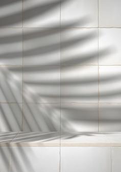 Kosmetik für die produktpräsentation. weißer rustikaler marokkanischer keramikziegelschritt mit schatten des blattes. abbildung der wiedergabe 3d.