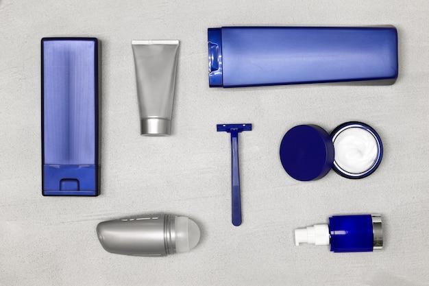 Kosmetik für männer flach legen männliche pflegekosmetikprodukte auf konkretem hintergrund