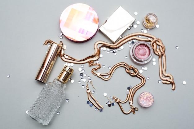 Kosmetik macht künstlerobjekte aus: lippenstift, lidschatten, puder, make-up-werkzeuge