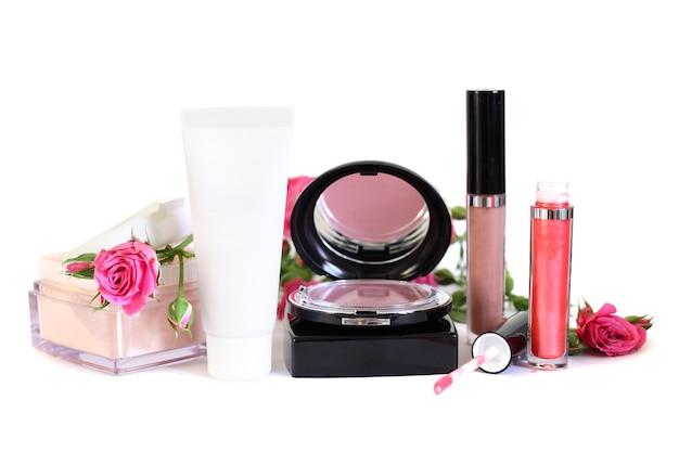 Kosmetik - make-up puder, creme, rouge, lipgloss und blumen