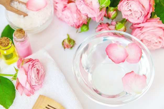 Kosmetik mit rosenblütenextrakt.