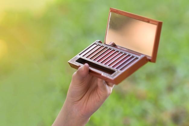 Kosmetik pulver in der hand kosmetik pulver pinsel make-up spiegel pulver lidschatten natur zurück