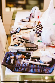 Kosmetik-set, palette von lidschatten, lippenstifte, pinsel, rouge.