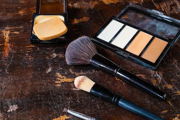 Kosmetik und parfümflaschen für die frau