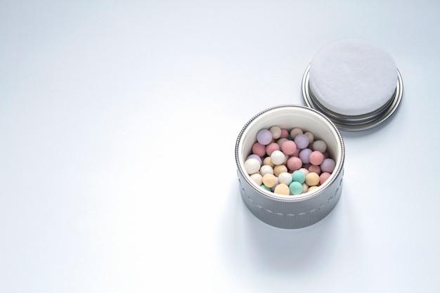 Kosmetik und perlenschmuck auf weißem hintergrund