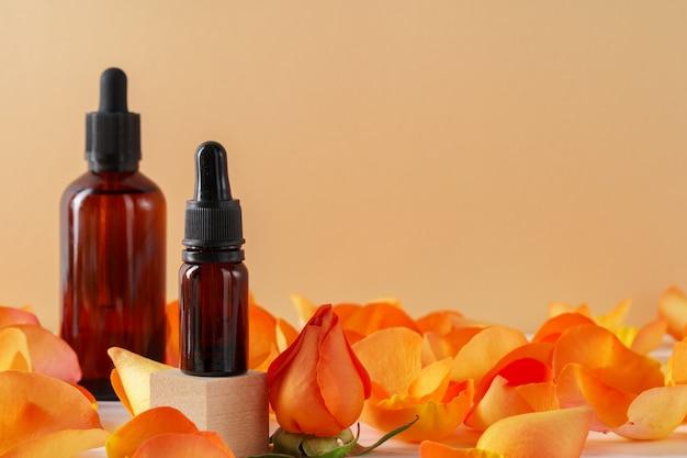Kosmetikbehälter verziert mit den orange rosafarbenen blumenblättern