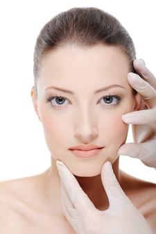 Kosmetikerin berührt perfektes famelgesicht