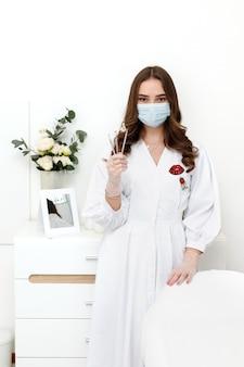 Kosmetikerin in der medizinischen maske im büro