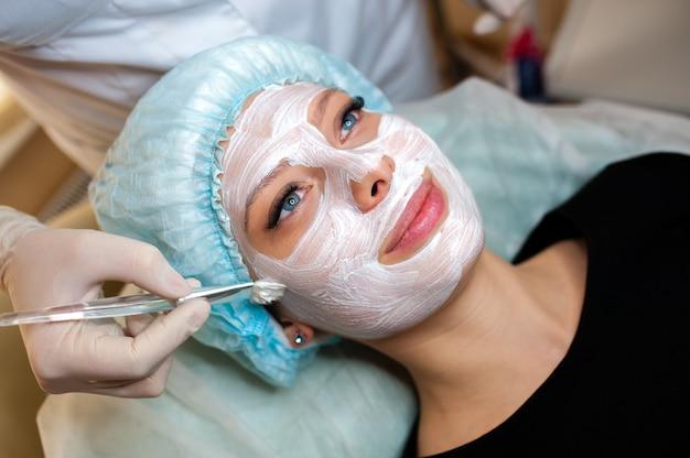 Kosmetikerin macht die maske