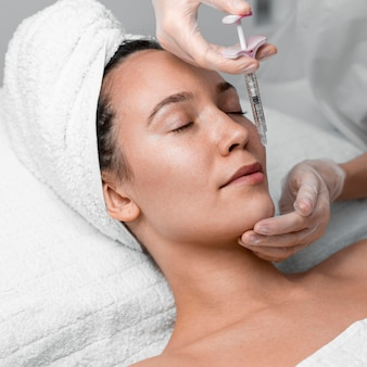 Kosmetikerin macht füllstoffinjektion für kundin