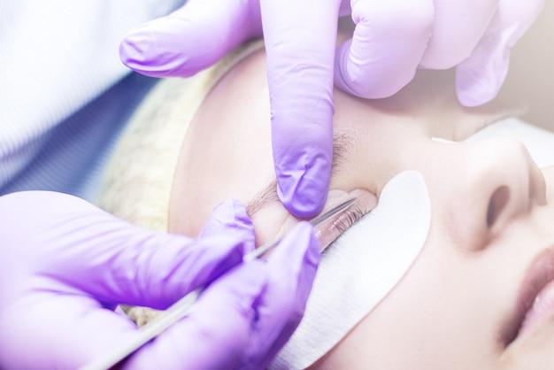 Kosmetikerin macht wimpernlift-verfahren