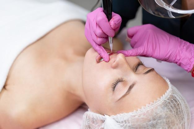 Kosmetikerin permanent make-up anwenden