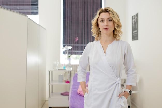 Kosmetikerin, porträt eines kosmetikerarztes auf dem hintergrund des büros.