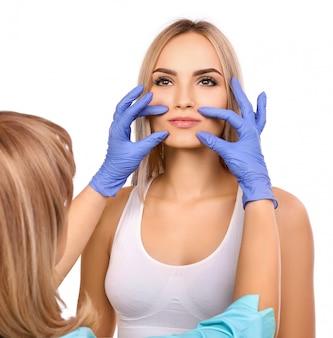 Kosmetikerin untersuchen patienten
