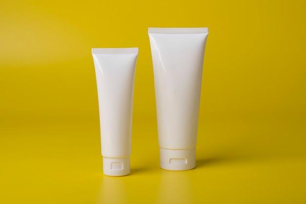 Kosmetikflasche für mockup auf gelbem hintergrund verpacken