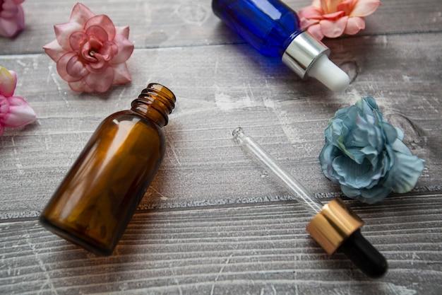 Kosmetikflasche mit einer pipette hyaluronserum
