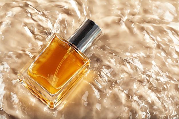 Kosmetikflasche mit pipette in welligem wasser, draufsicht