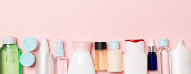 Kosmetikflaschen auf rosa hintergrund