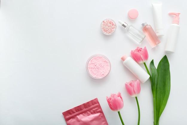 Kosmetikflaschen, tuben, spender, tropfer, serumcremeverpackung. draufsicht flach liegender kopierraum
