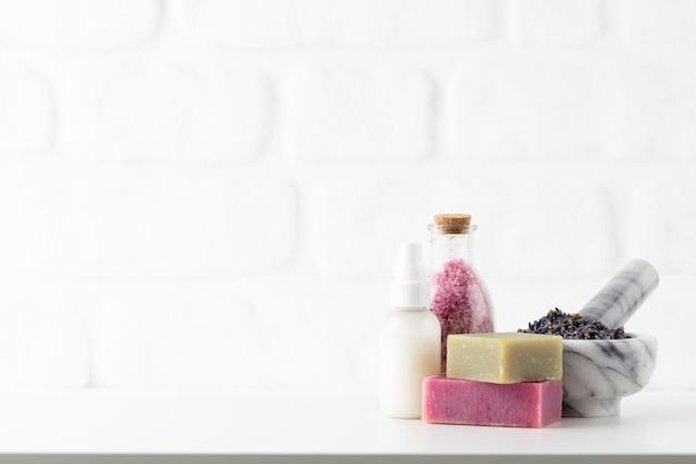 Kosmetikflaschen und natürliche handgemachte seife auf weißem hintergrund