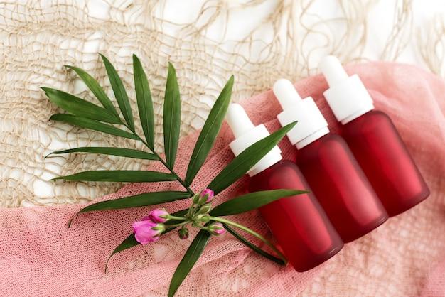 Kosmetikflaschen und rosa ölflaschen