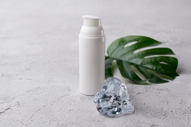 Kosmetikflaschenbehälter mit eis. leeres etikett